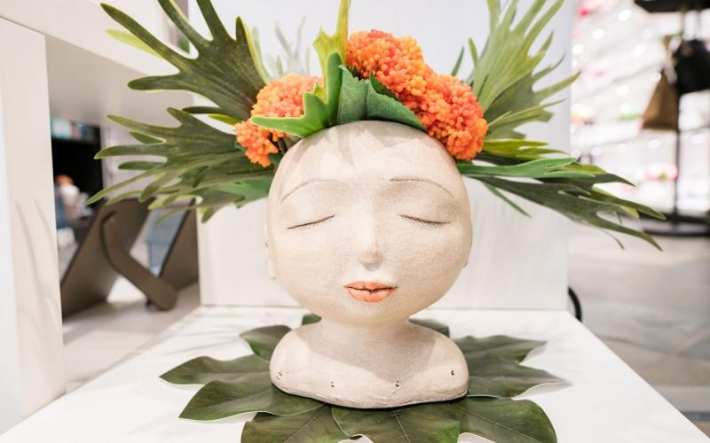 Vaso Testa occhi chiusi (con fiori)